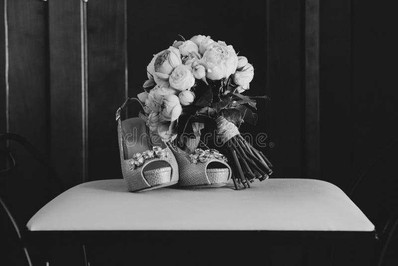 Γαμήλια παπούτσια και γαμήλια ανθοδέσμη, γραπτά στοκ φωτογραφία με δικαίωμα ελεύθερης χρήσης