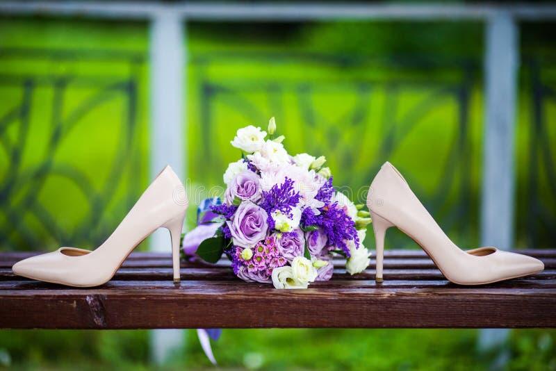 Γαμήλια παπούτσια με την κομψή ανθοδέσμη νυφών ` s στοκ εικόνες με δικαίωμα ελεύθερης χρήσης