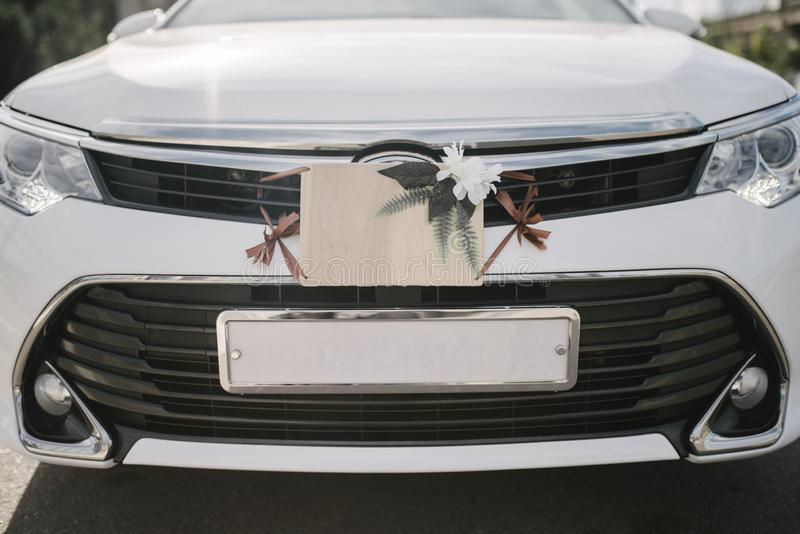 Γαμήλια σημάδια, διακοσμήσεις και εξαρτήματα στο αυτοκίνητο στοκ φωτογραφίες με δικαίωμα ελεύθερης χρήσης