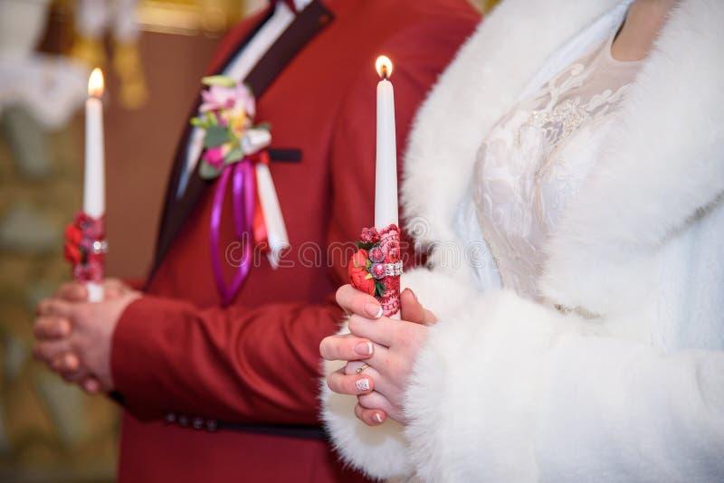 Γαμήλια τελετή στην εκκλησία, νέο παντρεμένο ζευγάρι που κρατά τα κεριά, χριστιανικές παραδόσεις στοκ φωτογραφία με δικαίωμα ελεύθερης χρήσης