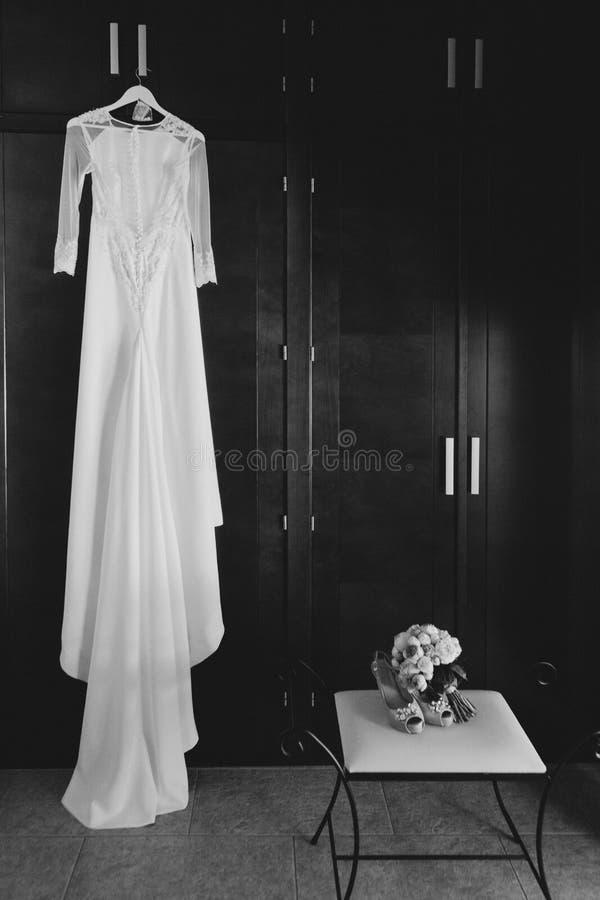 Γαμήλια φόρεμα και εξαρτήματα μαύρο λευκό στοκ φωτογραφία