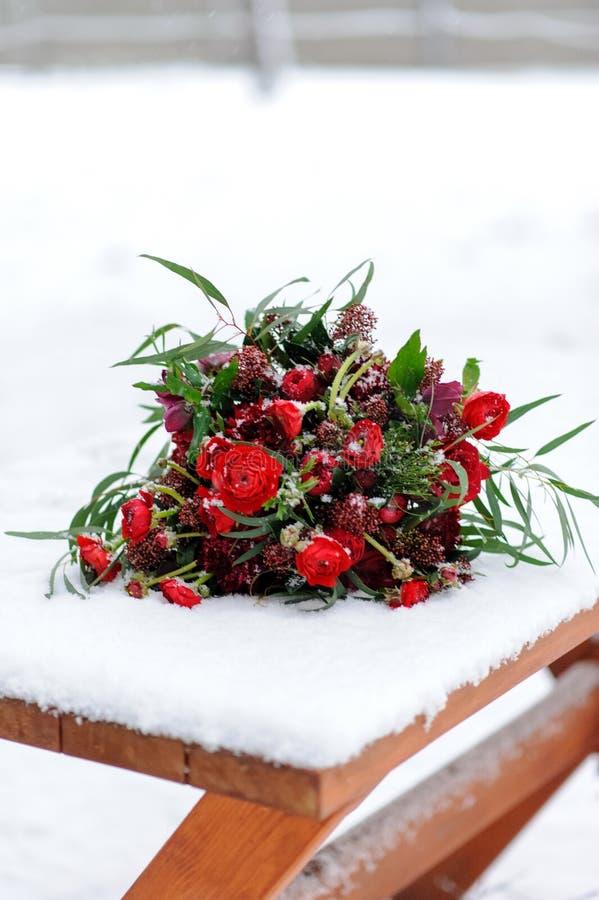 Γαμήλιες διακοσμήσεις για την τελετή στην οδό το χειμώνα Ένας πίνακας, κεριά, πιάτα, λαμπρά κόκκινα χρώματα στοκ φωτογραφία