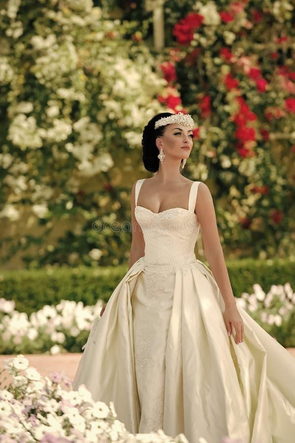 Γαμήλιες διακοσμήσεις Κορίτσι ή γυναίκα στο φόρεμα και τιάρα στην τρίχα brunette στοκ φωτογραφίες