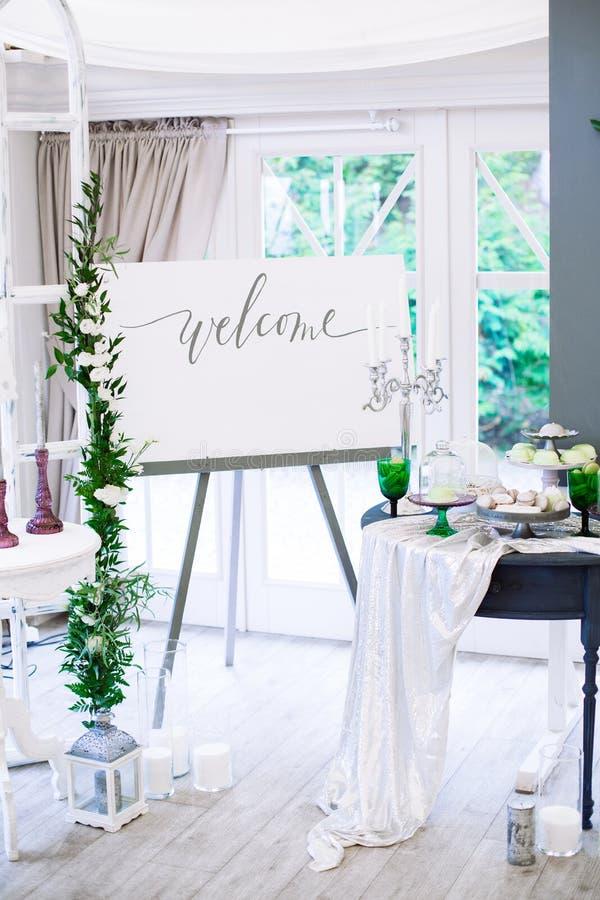 Γαμήλιες διακοσμήσεις με τα λουλούδια και macarons στο ύφος Boho στοκ εικόνες