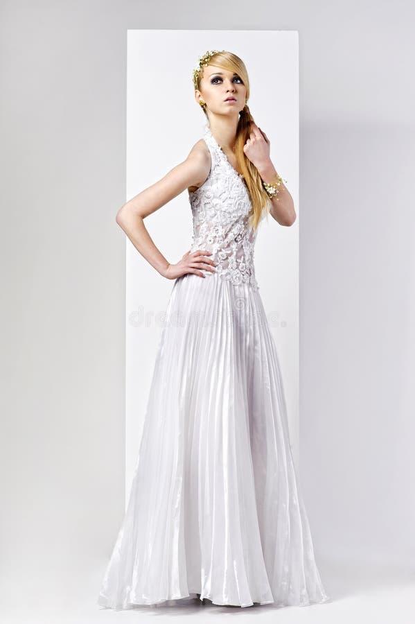 γαμήλιες λευκές νεολαίες φορεμάτων νυφών στοκ φωτογραφίες