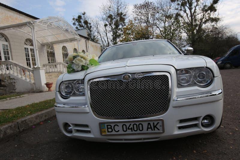 Γαμήλιο αυτοκίνητο διακόσμησε υπαίθρια τον άσπρο ευρυγώνιο φακό crisler στοκ εικόνα με δικαίωμα ελεύθερης χρήσης