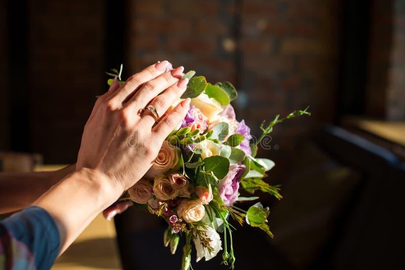Γαμήλιο δαχτυλίδι με τα λουλούδια στοκ εικόνες με δικαίωμα ελεύθερης χρήσης