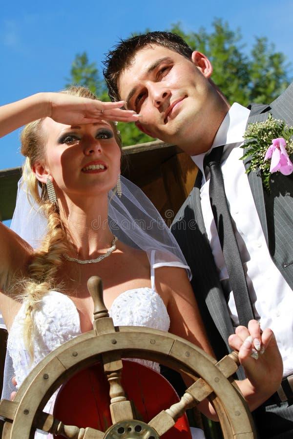 Γαμήλιο ζεύγος με το τιμόνι στοκ εικόνα με δικαίωμα ελεύθερης χρήσης