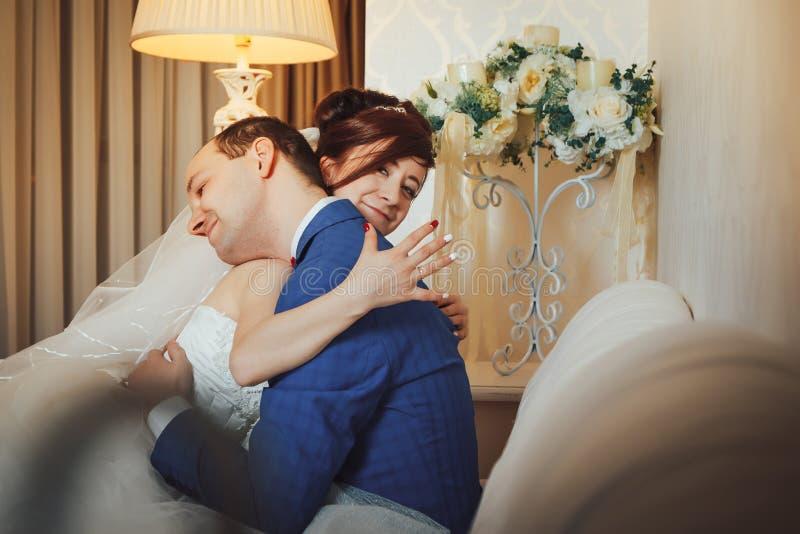 Γαμήλιο ζεύγος πορτρέτου στο εσωτερικό στοκ φωτογραφία με δικαίωμα ελεύθερης χρήσης