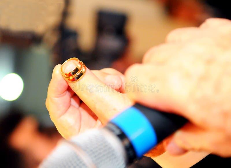 Γαμήλιο ζεύγος που ανταλλάσσει το γαμήλιο δαχτυλίδι στοκ φωτογραφία με δικαίωμα ελεύθερης χρήσης