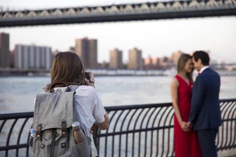 Γαμήλιο ζεύγος στα ύψη του Μπρούκλιν στην πόλη της Νέας Υόρκης στοκ εικόνες