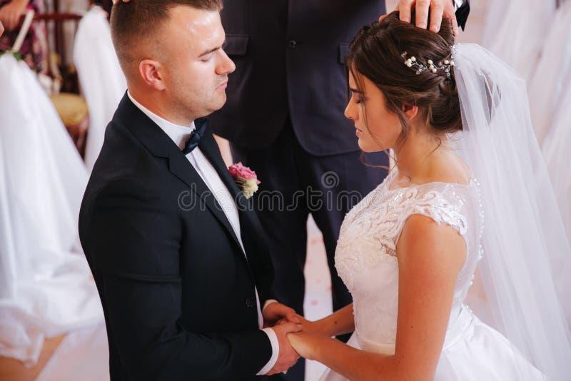 Γαμήλιο ζεύγος Baeutiful στην εκκλησία Ακριβώς παντρεμένοι νεόνυμφος και νύφη r στοκ φωτογραφία με δικαίωμα ελεύθερης χρήσης
