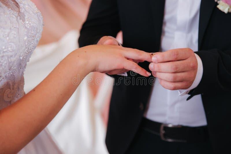 Γαμήλιο ζεύγος Baeutiful στην εκκλησία Ακριβώς παντρεμένοι νεόνυμφος και νύφη r στοκ φωτογραφίες