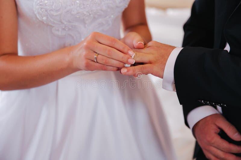 Γαμήλιο ζεύγος Baeutiful στην εκκλησία Ακριβώς παντρεμένοι νεόνυμφος και νύφη r στοκ φωτογραφίες με δικαίωμα ελεύθερης χρήσης