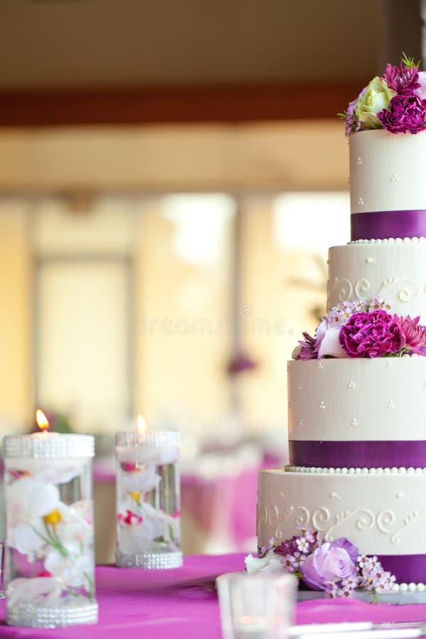 Γαμήλιο κέικ με τα λουλούδια στοκ φωτογραφία