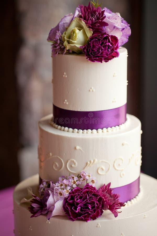 Γαμήλιο κέικ με τα λουλούδια στοκ εικόνα
