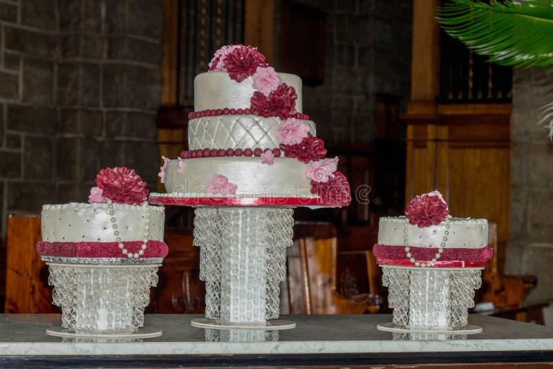 Γαμήλιο κέικ σε έναν πίνακα στοκ εικόνες