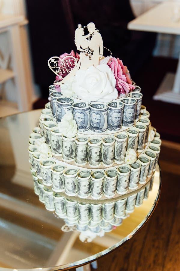 Γαμήλιο κέικ φιαγμένο από χρήματα, στήθος θησαυρών στοκ εικόνα με δικαίωμα ελεύθερης χρήσης
