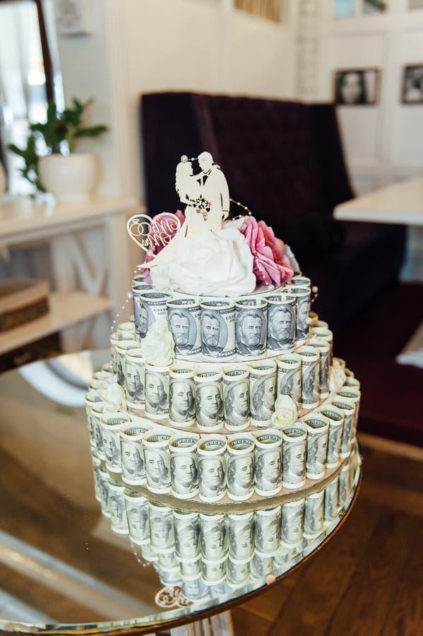Γαμήλιο κέικ φιαγμένο από χρήματα, στήθος θησαυρών στοκ φωτογραφία