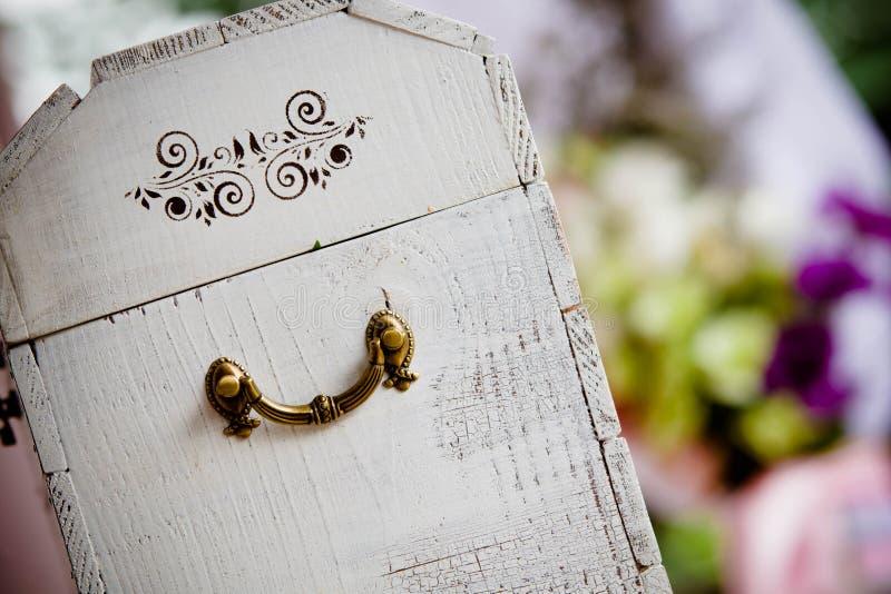 Γαμήλιο κιβώτιο ή στήθος για το νυφικό ζευγάρι στοκ εικόνες