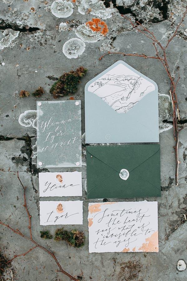 γαμήλιο λευκό τριαντάφυλλων μαργαριταριών πρόσκλησης διακοσμήσεων ντεκόρ καρτών μπουτονιερών ανασκόπησης στοκ φωτογραφίες