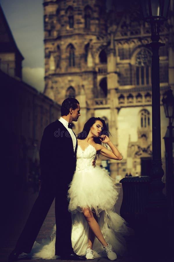Γαμήλιο προκλητικό ζεύγος κοντά στην κάστα στο παλάτι υπαίθριο στοκ εικόνα με δικαίωμα ελεύθερης χρήσης