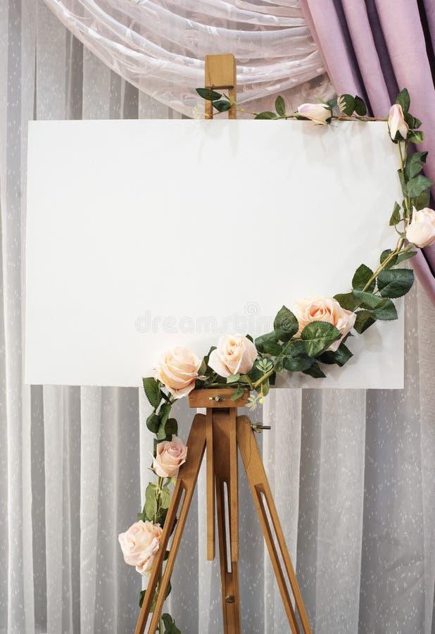 Γαμήλιο σημάδι Πρότυπο γαμήλιων πινάκων με τα λουλούδια πάνω από το στοκ εικόνα με δικαίωμα ελεύθερης χρήσης