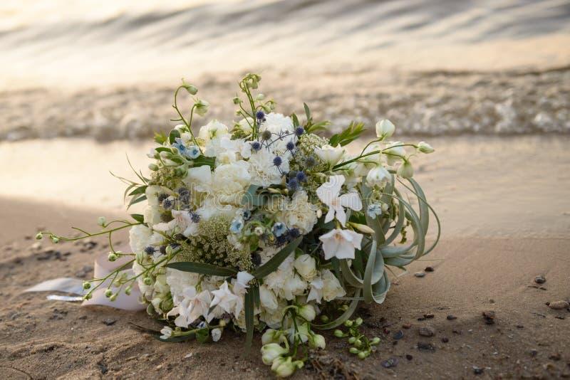 Γαμήλια ανθοδέσμη στην παραλία στοκ φωτογραφίες με δικαίωμα ελεύθερης χρήσης
