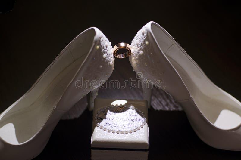 Γαμήλια δαχτυλίδια με τον κόκκινο χρυσό στοκ φωτογραφία με δικαίωμα ελεύθερης χρήσης