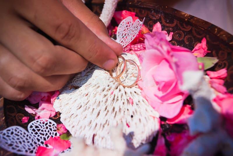 Γαμήλια δαχτυλίδια λουλούδια στοκ φωτογραφία με δικαίωμα ελεύθερης χρήσης