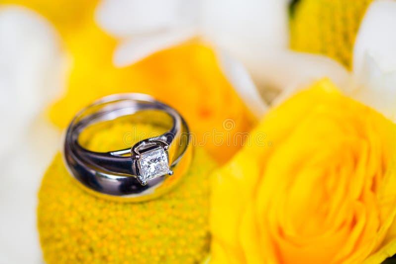 Γαμήλια δαχτυλίδια στη νυφική ανθοδέσμη στοκ φωτογραφία με δικαίωμα ελεύθερης χρήσης