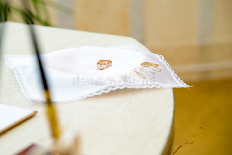 Γαμήλια δαχτυλίδια στο γραφείο ληξιαρχείων στοκ εικόνα