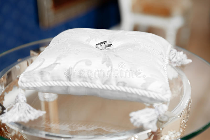 Γαμήλια δαχτυλίδια στο γραφείο ληξιαρχείων στοκ φωτογραφίες με δικαίωμα ελεύθερης χρήσης