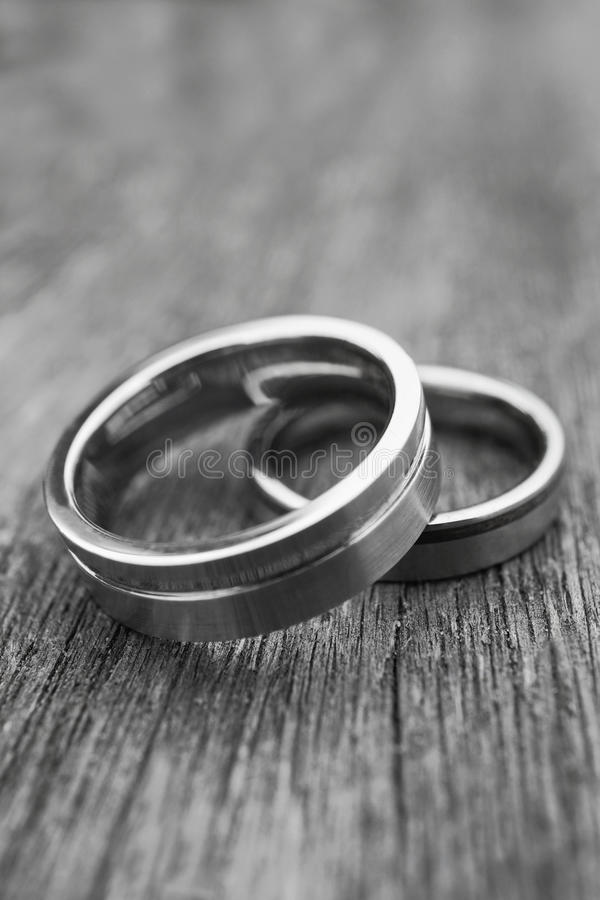 Γαμήλια δαχτυλίδια στο παλαιό ξύλο στοκ φωτογραφία με δικαίωμα ελεύθερης χρήσης