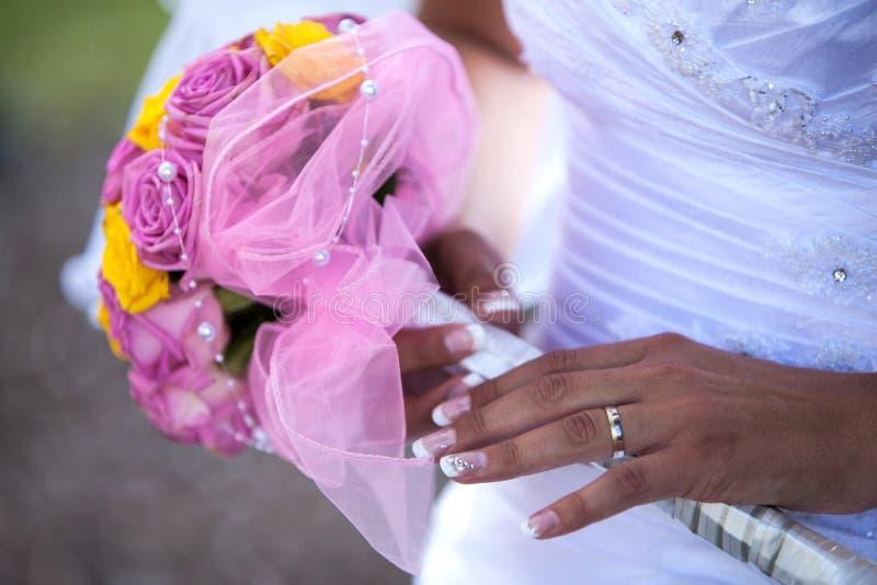 Γαμήλια δαχτυλίδι και λουλούδια στοκ εικόνα με δικαίωμα ελεύθερης χρήσης