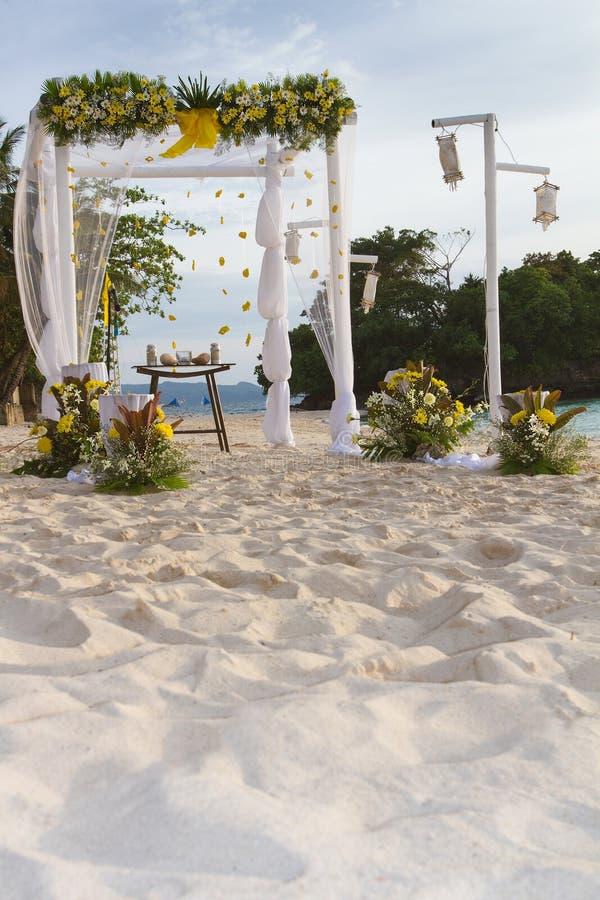 Γαμήλια αψίδα που διακοσμείται με τα λουλούδια στην τροπική παραλία άμμου, outd στοκ εικόνα με δικαίωμα ελεύθερης χρήσης