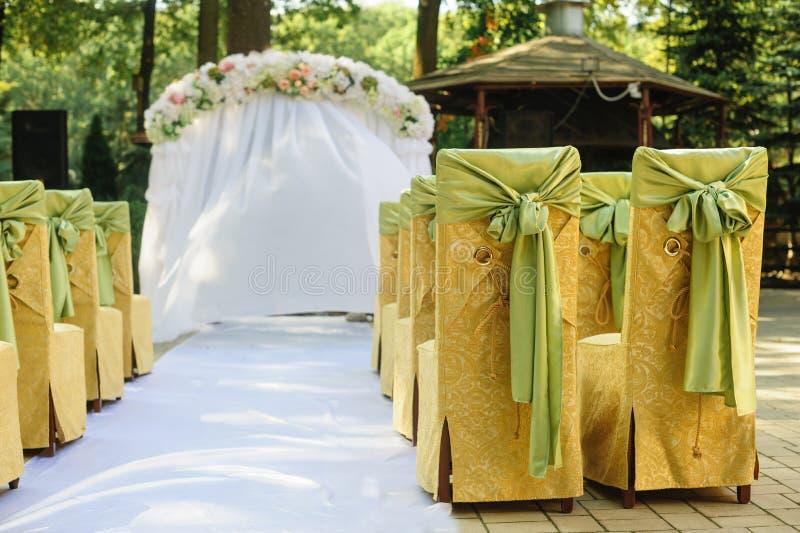 Γαμήλια αψίδα στα κίτρινα και πράσινα χρώματα σε έναν ηλιόλουστο γάμο ημέρας στοκ εικόνα με δικαίωμα ελεύθερης χρήσης