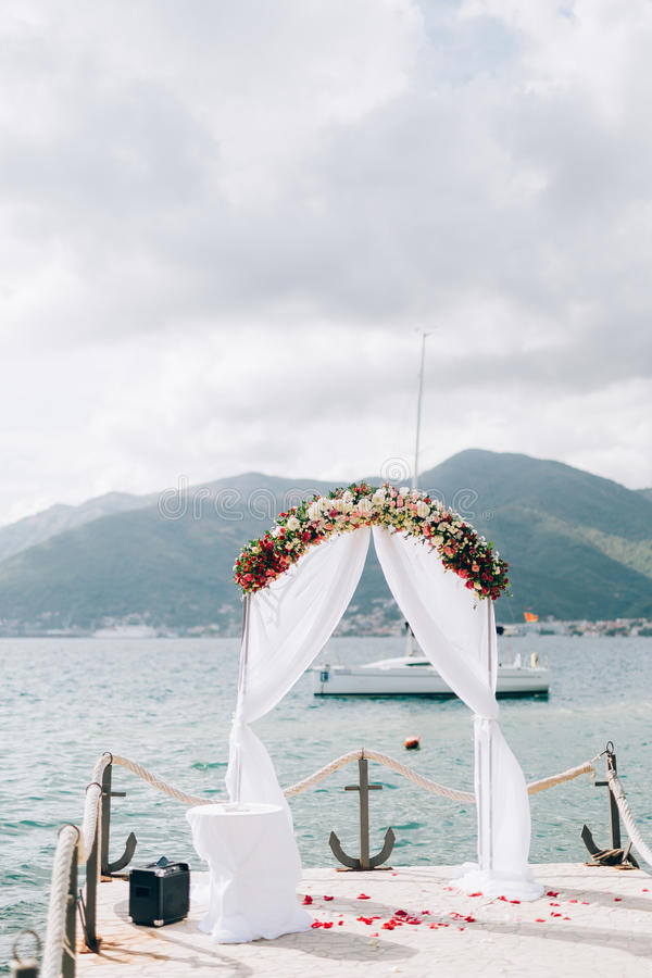 Γαμήλια αψίδα στην παραλία στο Μαυροβούνιο Πανοραμικές απόψεις στοκ φωτογραφία με δικαίωμα ελεύθερης χρήσης