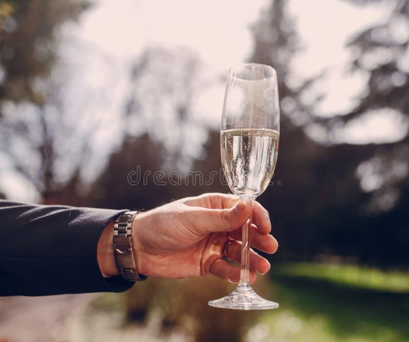 Γαμήλια γυαλιά στα χέρια στοκ εικόνες