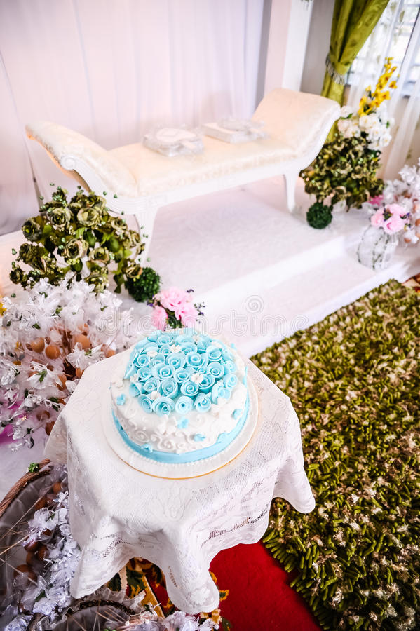 Το γαμήλιο κέικ και η διάταξη θέσεων του ζεύγους στοκ εικόνα