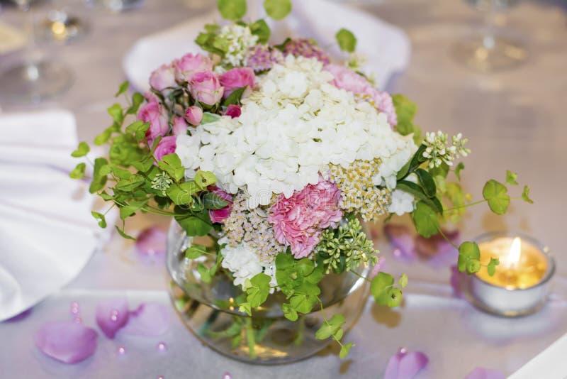 Γαμήλια διακόσμηση με το άσπρο και ρόδινο hydrangea στοκ εικόνες με δικαίωμα ελεύθερης χρήσης