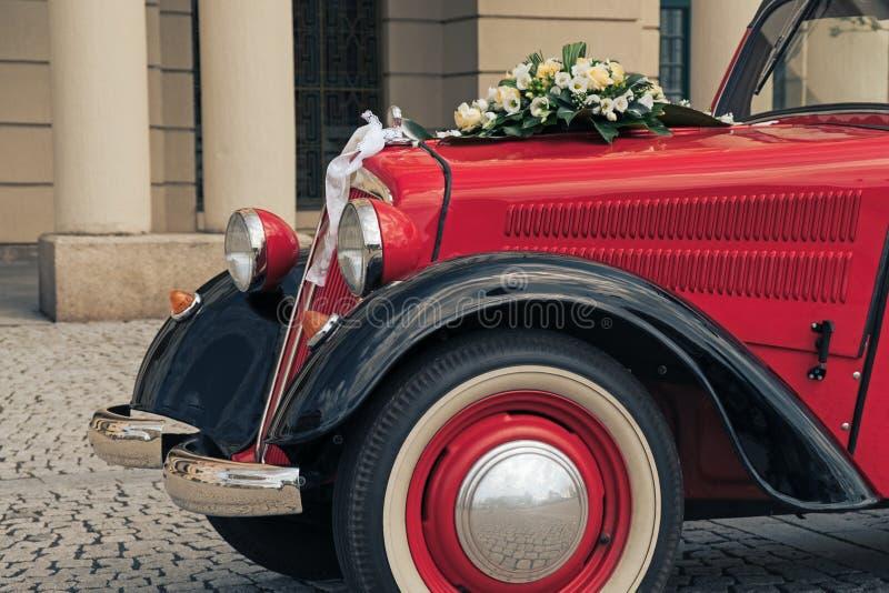 Γαμήλια διακόσμηση στο γαμήλιο αυτοκίνητο στοκ εικόνα με δικαίωμα ελεύθερης χρήσης