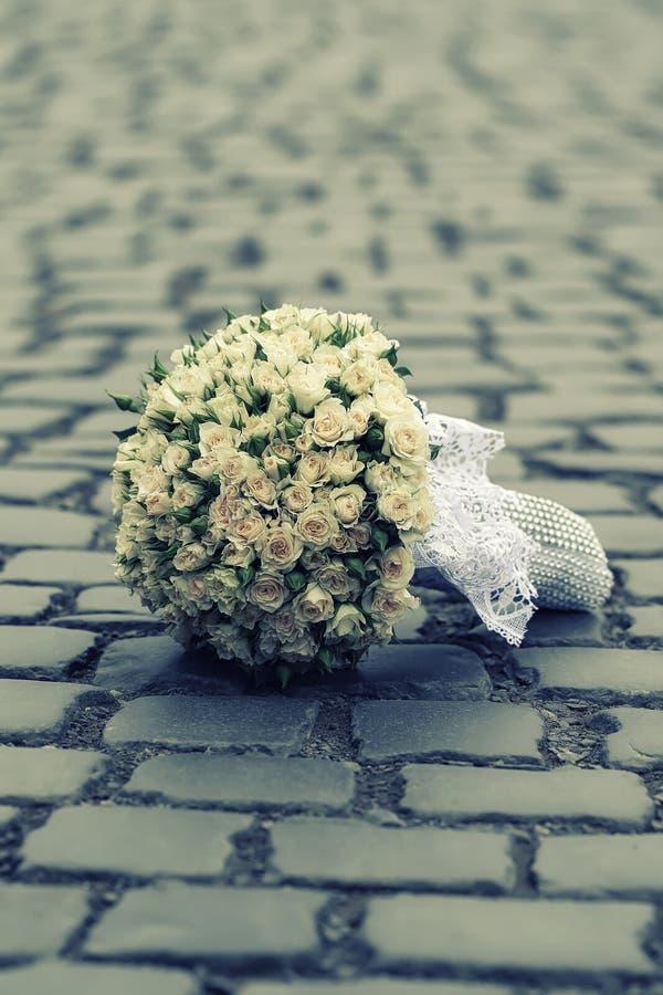 Γαμήλια λουλούδια στο δρόμο στοκ εικόνες