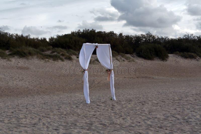 Γαμήλια πύλη στους αμμόλοφους στοκ εικόνες