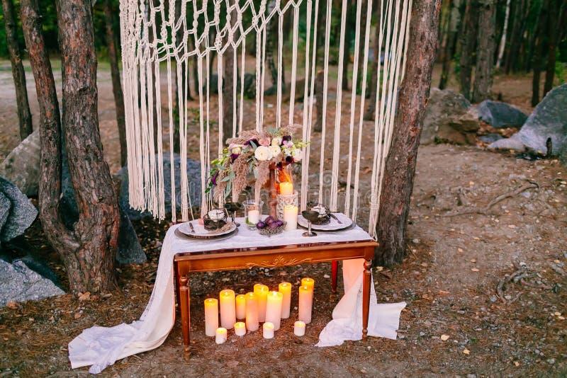 Γαμήλιες διακοσμήσεις στο αγροτικό ύφος Τελετή εξόδων γάμος στη φύση στοκ εικόνες με δικαίωμα ελεύθερης χρήσης