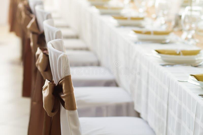 Γαμήλιες καρέκλες με την κορδέλλα μεταξιού στοκ εικόνα με δικαίωμα ελεύθερης χρήσης
