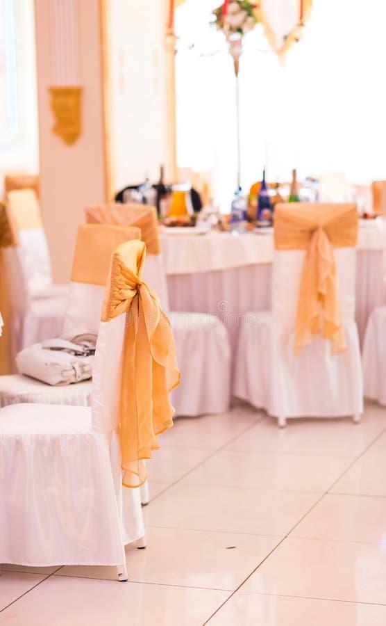 Γαμήλιοι καρέκλα και πίνακας που θέτουν για λεπτό να δειπνήσει στοκ εικόνες