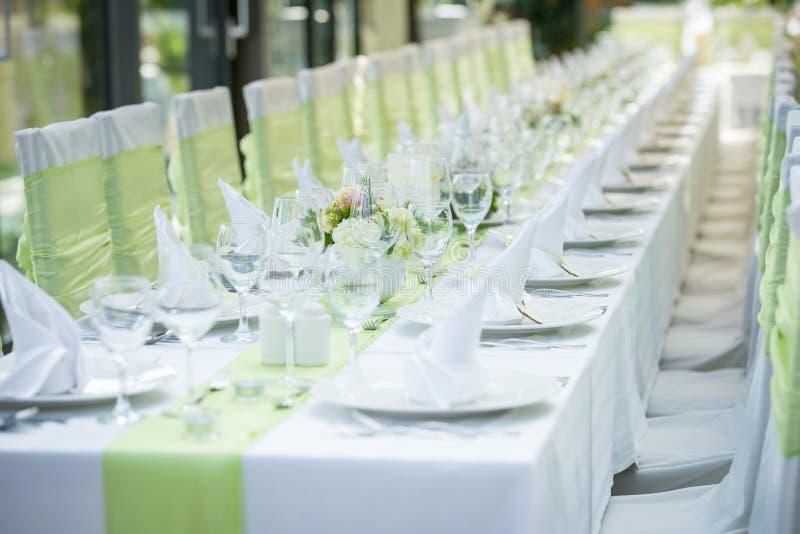 Γαμήλιοι πίνακες και καρέκλες στοκ φωτογραφία με δικαίωμα ελεύθερης χρήσης