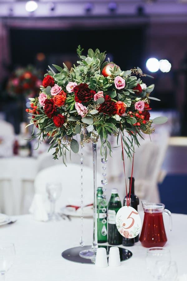 Γαμήλιος πίνακας με τα ποτά που διακοσμούνται με την ανθοδέσμη των τριαντάφυλλων και GR στοκ φωτογραφία με δικαίωμα ελεύθερης χρήσης