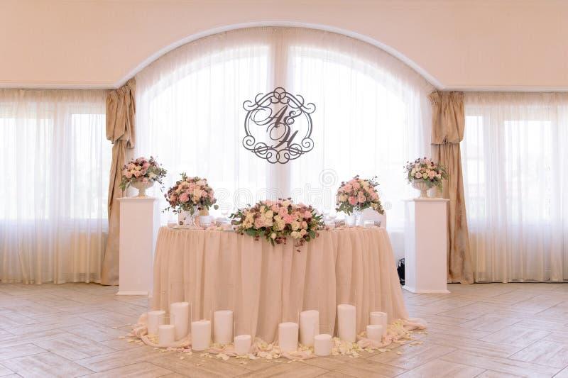 Γαμήλιος πίνακας που διακοσμείται με την ανθοδέσμη και τα κεριά στοκ εικόνα